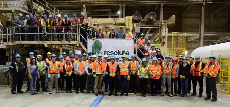 Le gouverneur général du Canada, David Johnston (au centre) entouré de dirigeants de Résolu et d'employés de l'usine de pâte et de papier de Thunder Bay