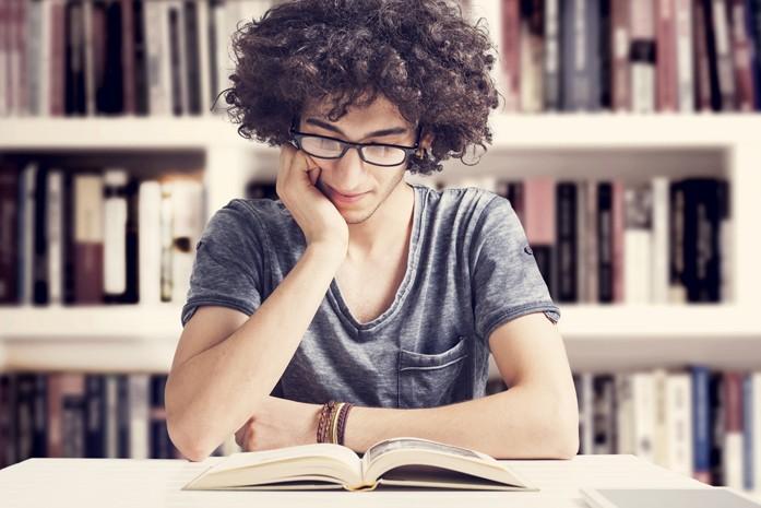 Étudiant entouré de livres